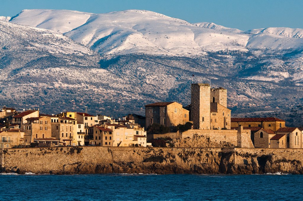 Antibes and the Maritime Alps in the background Picture by Thomas Leth-Olsen on Flickr (CC BY 2.0)
